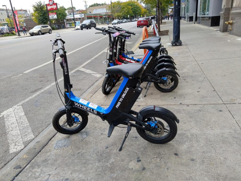 E-bikes estacionadas en banqueta de la ciudad de Chicago.
