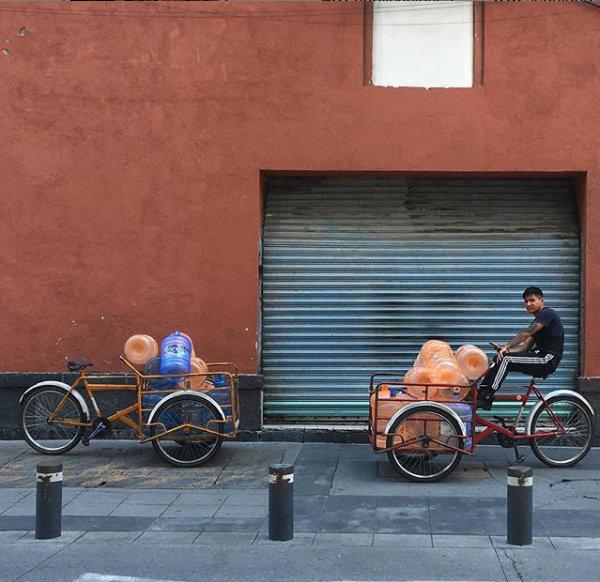 triciclo de carga con garrafones de agua