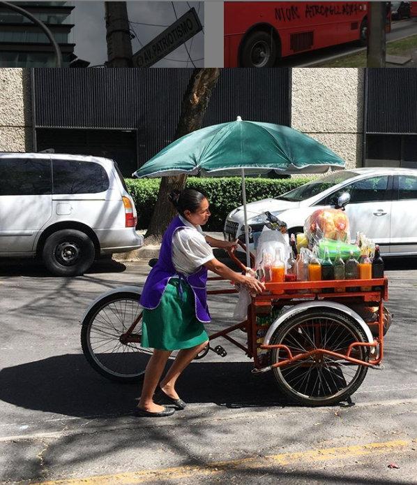 Triciclo de comida cargado de raspados