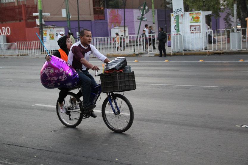 Una pareja viaja en bicicleta por la Eje Central, en la Ciudad de México.