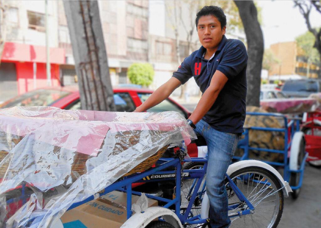 panadero en su triciclo de pan