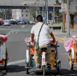 panaderos en triciclo de carga