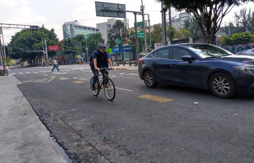 Ciclista circula por Avenida Insurgentes