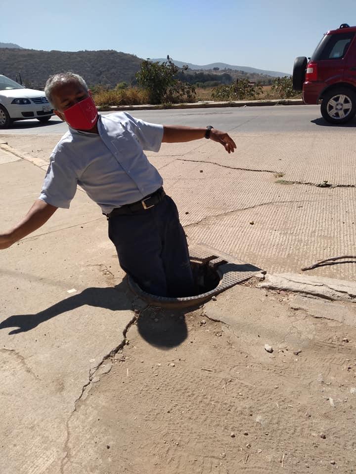 Don Manuel, de Salvando vidas, muestra lo peligrosa que es una alcantarilla sin tapa.