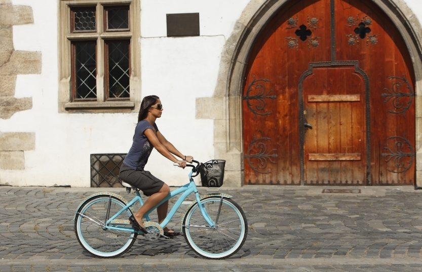 Mujer pedaleando en bicicleta bajo el sol